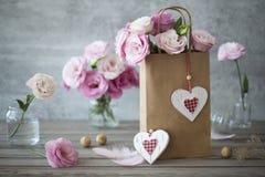 Lovel-Hintergrund mit Blumen und Herzen Stockfoto