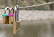 Lovelocks由恋人安置了在桥梁的导线 库存照片