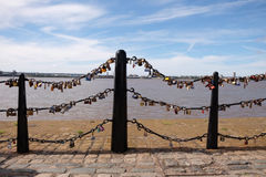 Lovelocks, σύμβολα της αγάπης που συνδέονται με το κιγκλίδωμα γεφυρών Στοκ Φωτογραφίες