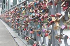 Lovelocks на мосте Eiserner Steg в Франкфурте, Германии Стоковое фото RF