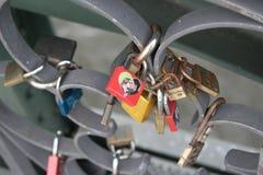 Lovelocks на мосте Eiserner Steg в Франкфурте, Германии Стоковое Изображение