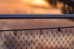 Lovelocks на перилах моста Стоковое Изображение