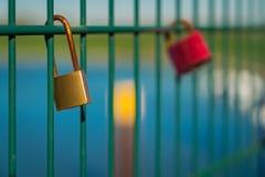 Lovelocks на перилах моста Стоковая Фотография
