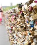 Lovelocks auf einer Brücke Stockbilder