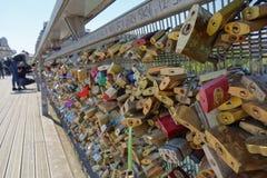 Lovelocks en el puente en París Imágenes de archivo libres de regalías