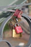 Lovelocks på den Eiserner Steg bron i Frankfurt, Tyskland arkivfoto