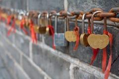 Lovelocks sulla grande muraglia della Cina Fotografie Stock