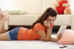 Lovelorn Mädchen zu Hause Lizenzfreie Stockbilder