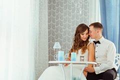 Lovelu nowożeńcy siedzący opierają each inna oferta podczas gdy Zdjęcie Royalty Free