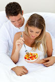 Lovely couple eating a fruit salad Royalty Free Stock Photos