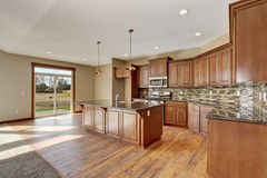 Lovely kitchen with hardwood floor and bar island. Royalty Free Stock Photos