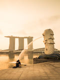 Lovers sat in front of the Merlion at Marina bay Royalty Free Stock Photos