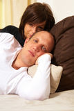 lovey de couples de divan Photo stock