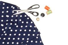 Lovez avec le fil, les ciseaux et la règle sur un morceau avec un tissu lumineux, sur un fond blanc Photos stock