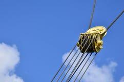 Lovez pour le câble de fer dans la grue à tour contre le ciel bleu Élément mécanique pour l'operatio de grue Photo libre de droits