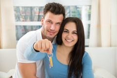 Loving couple holding house keys Royalty Free Stock Photography