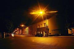 Lovosice,捷克共和国- 2017年7月05日:在灯下的黑汽车欧宝雅特H逗留在有老房子的Dlouha街道在夏夜里 库存图片