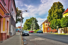 Lovosice,捷克共和国- 2017年7月05日:黑汽车Dlouha街道的欧宝雅特H有老房子的和有在背景的火车的 图库摄影