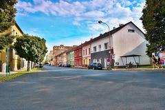 Lovosice,捷克共和国- 2017年7月05日:黑汽车Dlouha街道的欧宝雅特H有老房子的夏天晚上 免版税图库摄影