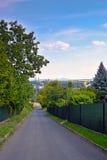 Lovosice, République Tchèque - 5 juillet 2017 : chemin d'asphalte dans la rue de Lovosska menant à partir de la colline de Lovos  photographie stock