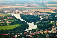 Lovosice, République Tchèque - 5 juillet 2017 : Grande usine chimique dans Lovosice à la rivière de Labe dans le secteur de touri Photographie stock libre de droits