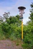 Lovosice, République Tchèque - 5 juillet 2017 : Poteau indicateur de touristes sur le chemin de touristes vert menant à la collin Images stock