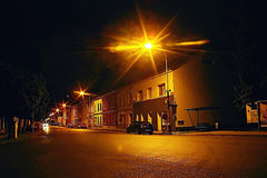 Lovosice, République Tchèque - 5 juillet 2017 : séjour noir d'Opel Astra H de voiture sous la lampe dans la rue de Dlouha avec de Image stock