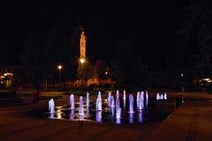 Lovosice, República Checa - 21 de agosto de 2018: nuevo fontane de la iluminación en el cuadrado de Wenceslao en noche 50 años de imagen de archivo libre de regalías