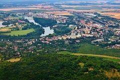 Lovosice Tjeckien - Juli 05, 2017: Lovosice stad med den europeiska floden Labe, när du beskådas från den Lovos kullen i tjeckisk royaltyfri fotografi