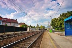 Lovosice Tjeckien - Juli 05, 2017: spring för fraktdrevet förbi stångstationen namngav Lovosice - mesto i den Dlouha gatan royaltyfri fotografi