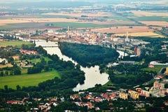 Lovosice Tjeckien - Juli 05, 2017: Stor kemisk växt i Lovosice på den Labe floden i turist- område, när du beskådas från den Lovo Royaltyfri Fotografi