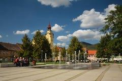 Lovosice Tjeckien - September 08, 2018: ny fontane på den Wenceslas fyrkanten under middag royaltyfri fotografi