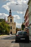 Lovosice Tjeckien - September 08, 2018: svart bil Opel Astra som parkeras i den Osvoboditelu gatan med Kostel Svateho Vaclava chu royaltyfri foto
