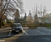 Lovosice, Ustecky kraj, Tsjechische republiek - 11 December, 2011: Zwarte auto Fiat Punto die zich op Wenceslas Square vóór recon Stock Fotografie