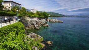 Lovran老历史镇建立的海岸线的风景  免版税库存照片