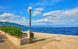 Lovran, Kroati? Overzeese dijk ADRIATISCHE OVERZEES royalty-vrije stock afbeelding
