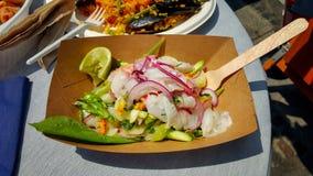 Low-calorie salade van mozarella, groenten, uizeevruchten en kalk op de lijst in de koffie Low-calorie dieet Gezond Stock Fotografie