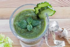 Low-calorie smoothie voor gewichtsverlies van komkommers royalty-vrije stock fotografie