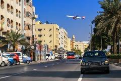 Low-flying αεροσκάφη πέρα από τις οδούς παλαιού Deira Στοκ Φωτογραφία