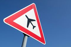 Low-flying vliegtuigen royalty-vrije stock afbeelding