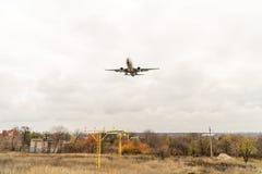 Low-flying vliegtuigen over huizen Stock Foto's