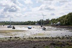 At low tide vastgelegde boten. Stock Afbeeldingen