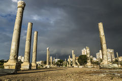 Lowangle de los pilares en luz del sol durante tormenta en ruinas con el cloudscape dramático en el neumático, amargo, Líbano Fotos de archivo libres de regalías