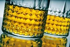 Lowball exponeringsglas med whisky Arkivbild