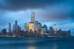 Lower Manhattan belichtete Wolkenkratzer und Sturmwolken, New York City Lizenzfreie Stockfotos