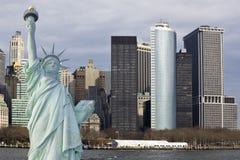 Lower Manhattan con la estatua de la libertad Imagenes de archivo