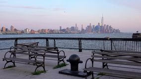 Lower Manhattan con la nuova costruzione del centro di commercio mondiale nel mezzo stock footage