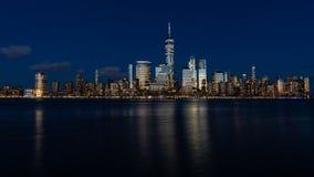 Lower Manhattan en la hora azul foto de archivo