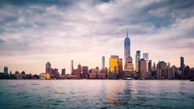 Lower Manhattan en la puesta del sol vista de Jersey City Fotos de archivo libres de regalías