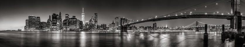 Lower Manhattan-Finanzbezirkswolkenkratzer in der Dämmerung panoramisches Schwarzes u. weiß New York City Stockbild